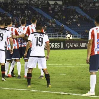 Sebastián Viera ejecuta un tiro libre que por poco se convierte en el empate de Junior anoche en la caída ante Melgar por 1-0. El balón se estrelló en el horizontal.