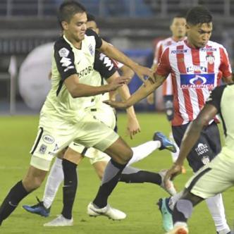 'Teo' intenta eludir la marca de Aguilar, ante la mirada de Helibelton Palacios. | Al Día