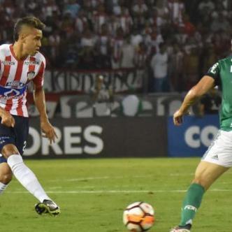 Víctor Cantillo conduce el balón ante la mirada de Miguel Borja y Bruno Henrique.| Archivo