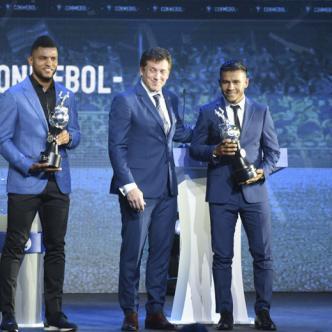 Miguel Borja (izq.), Alejandro Domínguez y Wilson Morelo, durante la ceremonia del sorteo de la Copa Libertadores 2019.