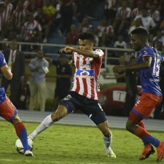 Luis Díaz defiende la posesión de balón ante la marca de tres defensores del Deportivo Pasto. Observa atrás Matías Fernández. Luego de 90 minutos el choque entre Tiburones y pastusos terminó 0-0.