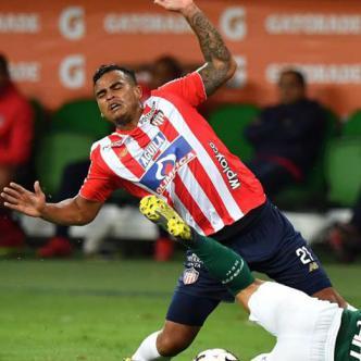 Jefferson Gómez disputando el balón con un jugador del Palmeiras. | AFP