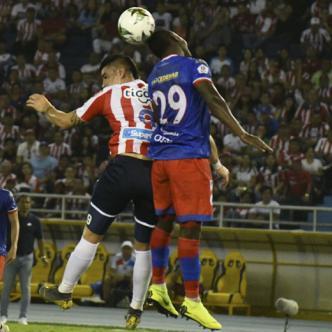 Michael Rangel (izq.) disputa un balón aéreo con José Ortiz del Pasto, durante el empate 0-0 del domingo pasado en el Metropolitano por la fecha 17 de la Liga Águila I.