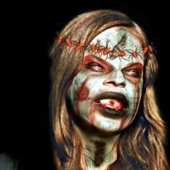 Además de sus fi losos dientes La Muelona se caracteriza por el verde de su piel.
