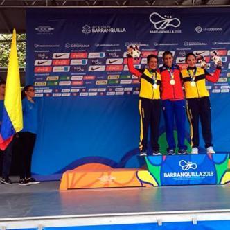 Arlenis Sierra posa con la medalla de oro junto a las colombianas Ana Cristina Sanabria (izq.) y Sérika Gulumá (der). | Twitter @MiDeporteCo