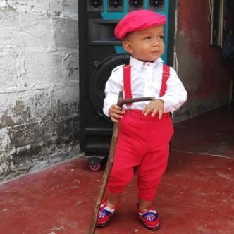 Liam luciendo una boina y corbatín rojos y con sus mocasines del Junior. | Jesús Rico