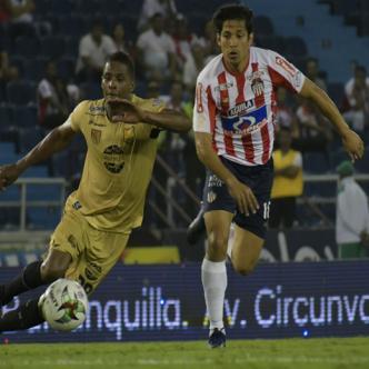 El chileno Matías Fernández controla el balón ante la mirada del centrocampista Francisco Rodríguez.   Hansel Vásquez