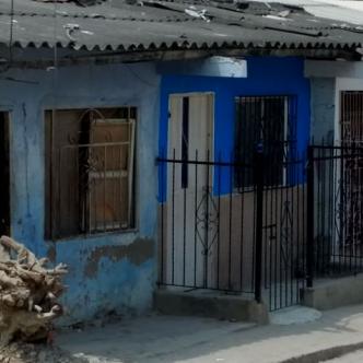 La casa azul de rejas negras es testigo del atroz asesinato de Deivis Beltrán. | AL DÍA