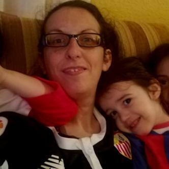 María Vázquez junto a sus tres hijas I Twitter