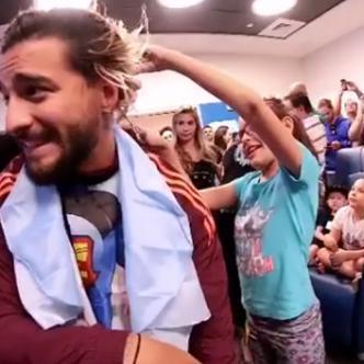 El cantante Maluma mientras una niña le cortaba el cabello con unas tijeras.   Instagram