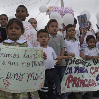 Sus compañeritos de aula, profesoras y padres de familia decidieron manifestarse para pedir a las autoridades justicia y ofrecer apoyo a la familia de la menor.