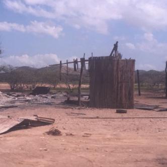 La costumbre de los indígenas en su práctica de venganza es quemar los ranchos una vez termina el ataque.