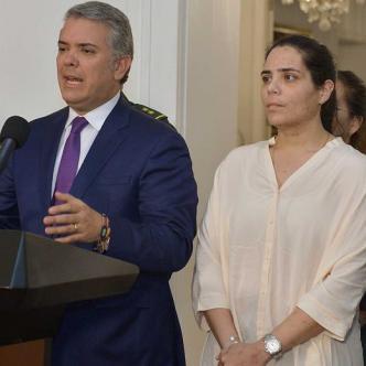 La empresaria Melissa Martínez y sus padres, acompañaron al presidente Duque y su cúpula militar durante su alocución.