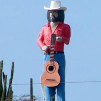 En 2006 el escultor Carlos Pérez levantó  un monumento en honor a Alí Primera. Está ubicado en Caujarao (Falcón-Venezuela).