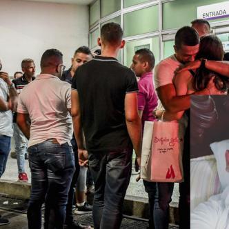 Familiares de la víctima afuera de la Clínica Centro la noche de viernes.