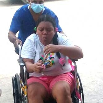 Laura Fontalvo fue empujada con un bebé a la calle.   Al Día