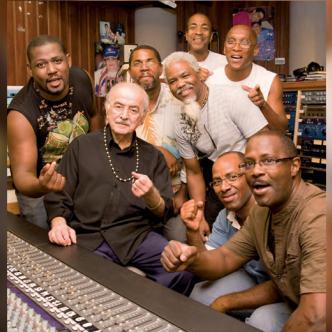 Henri Debs (centro) creó el sello disquero Debs Music.