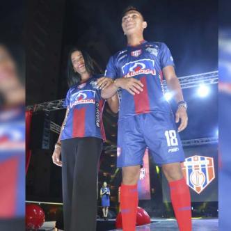 El goleador Ricardo 'Caballo' Márquez (izq.) fue uno de los encargados de lucir el uniforme principal del Unión Magdalena para el 2019. Tres vestuarios tendrá el conjunto bananero.