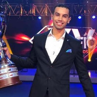 'Olímpico' con el trofeo de ganador. | Tomada de @DesafioCaracol