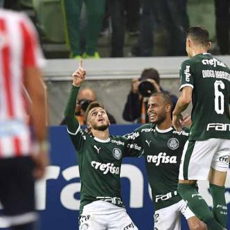 Deyverson remata de cabeza luego de un rebote de Sebastián Viera y anota el primer tanto de Palmeiras anoche ante Junior en el triunfo 3-0, resultado que de paso eliminó a los barranquilleros de la Copa Libertadores 2019.