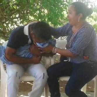 El padre de la menor junto a su hija y la tía de esta a las afueras del hospital Rosario Pumarejo de López.