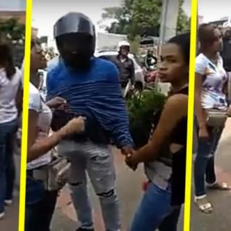 El mototaxista se fue con la mujer de blusa blanca y la otra joven quedó allí tratando de explicar la situación a los policías | Captura de pantalla