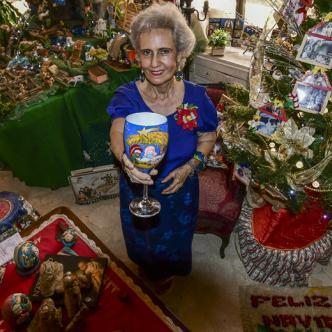 Marta Rosales junto a algunos de sus pesebres. | Jesús Rico