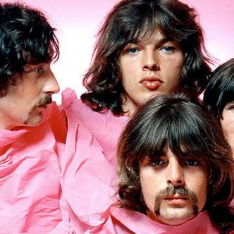 Nick Mason, Dave Gilmour, Richard Wright y Roger Water aparecieron envueltos en una cortina rosada en 1968   Michael Ochs Archives/Getty Images