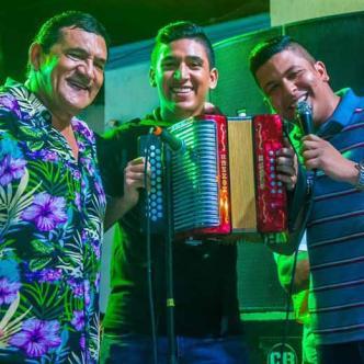 De izquierda a derecha Poncho Zuleta junto a sus hijos Tomás Alfonso Jr. y Cande Zuleta.