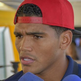 El defensor cartagenero Rafael Pérez habla con los medios ayer en su llegada al aeropuerto Ernesto Cortissoz. Se refirió a la polémica arbitral.