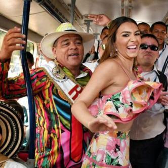 La reina bailó ante los usuarios de la estación.