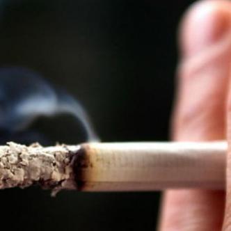 Fumador es aquel que ha fumado un cigarrillo al día.