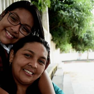 Massiel Noeli Gutiérrez Páez abraza a su mamá Massiel Páez Solano   Jhonny Olivares