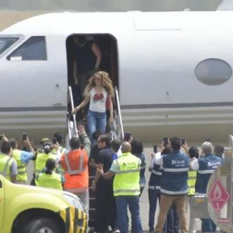 La cantante baja del avión en el que arribó a la capital del Atlántico. | Al Día