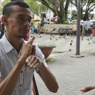 El intérprete Carlos Hernández descifró las señas que Anderson Fuentes le respondía en entrevista a AL DÍA Sincelejo.
