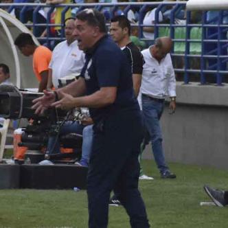 Suárez enérgico en la raya imparte indicaciones a sus dirigidos ayer durante el partido que Junior igualó 1-1 en casa de Jaguares.