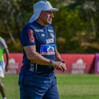 El técnico Luis Fernando Suárez en el entrenamiento de este lunes en la sede deportiva Adelita de Char.| Jesús Rico