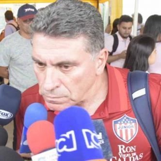 Luis Fernando Suárez hablando con los medios de comunicación en el aeropuerto.