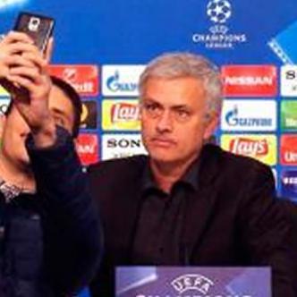 El entrenador en el momento que se toma la foto con el barranquillero. Tomado de twitter.
