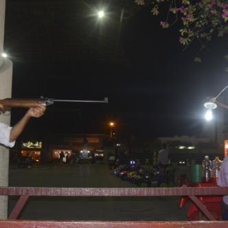 Orlando Chamorro Rivero es muy paciente a la hora de usar la carabina. Con esa lentitud le enseña a las personas que llegan a su sitio de trabajo en la Plaza de Majagual.