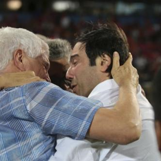 Julio Avelino Comesaña con Antonio Char celebrando.