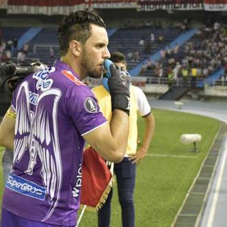 Sebastián Viera (izq.) recibe indicaciones de Julio Comesaña durante el juego del miércoles pasado entre Junior y Melgar en el estadio Metropolitano.