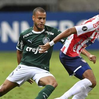 Luis Díaz (der.) intenta avanzar ante la marca de un defensor de Palmeiras, durante el juego de anoche en el Allianz Parque.