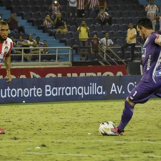 Sebastián Viera ejecuta el tiro libre con que Junior igualó 1-1 ante Alianza. Fotos de Mery Granados y César Bolívar