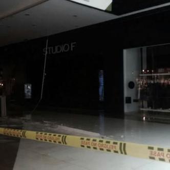 Parte del techo de un almacén del centro comercial Viva se cayó este jueves en horas de la tarde   EL HERALDO