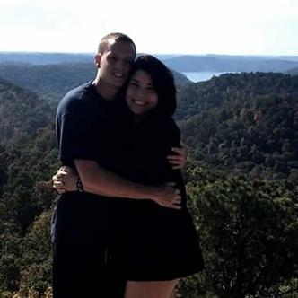 Johnna Hines junto a su novio Damon | Cortesía