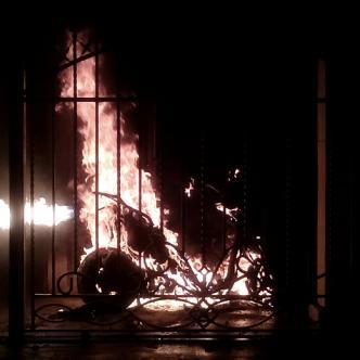 Las llamas consumieron una moto Yamaha estacionada en la terraza   ALDÍA