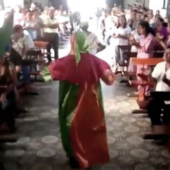 El padre Ospino bailó mientras los feligreses lo acompañaban con aplausos | Captura de video