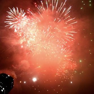 Como dice la popular canción 'faltan 5 pa las 12', corremos a abrazar a nuestros seres queridos para brindar por un próspero año nuevo   Ilustrativa