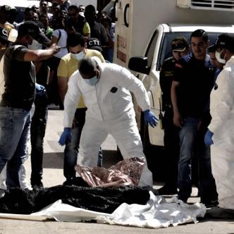 El cuerpo torturado y empalado fue hallado en la carrera 53 entre calles 41 y 42, barrio Abajo. Agentes del CTI realizaron la inspección técnica al cadáver.